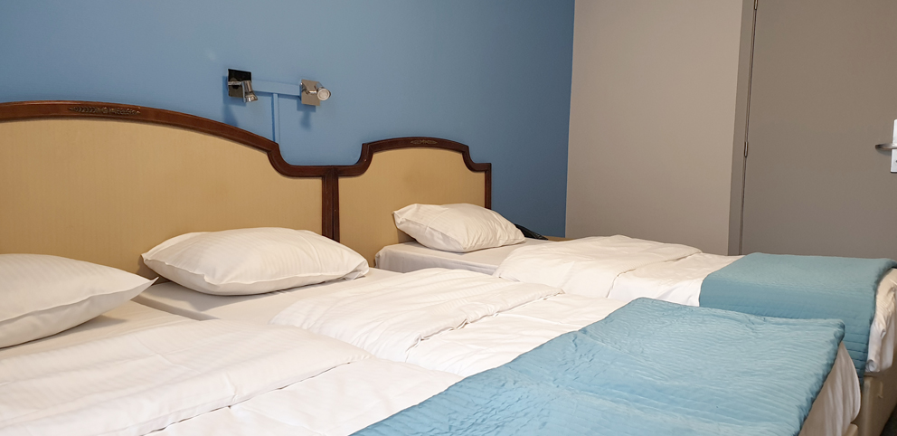 Une chambre triple avec pour 3 personnes à Hôtel Derby Bruxelles
