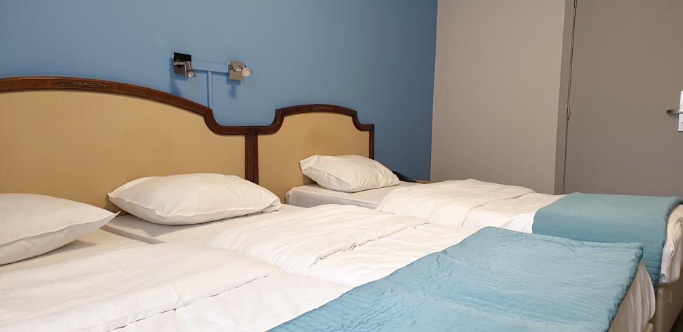 Une chambre familiale avec salle de bain pour 5 personnes à Hôtel Derby Bruxelles