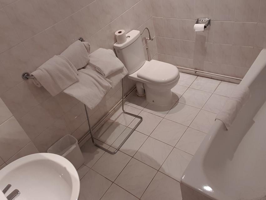 Une chambre quadruple avec salle de bain pour 4 personnes à Hôtel Derby Bruxelles